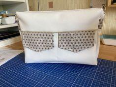 Besace Zip-Zip en simili blanc et coton étoiles cousue par Danièle - Patron Sacôtin