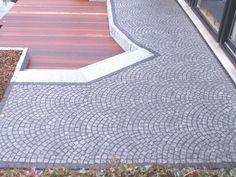 Terrasse aus Granit Natursteinpflaster und Tali-Hatholz