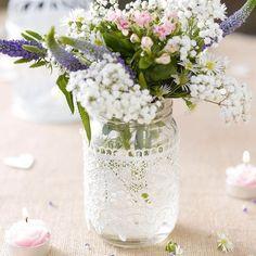 Dieses hübsche Glas präsentiert sich im angesagten Vintage Stil. Der Deckel ist Gold und das Glas ist mit weißer Spitze überzogen. Das originelle Glas ist ein echter Hingucker als Tischdeko auf Ihrer Hochzeit und kann auch danach noch im eigenem Heim als Dekoration verwendet werden.