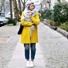 Gelber Wollmantel & Mom Fit Jeans by Aline Kaplan
