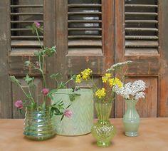 Groen glaswerk met kleurrijke bloemetjes.