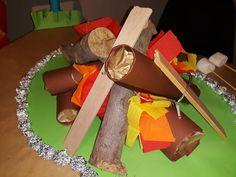 Sinterklaas surprise kampvuur, leuk voor een klasgenootje die op de scouting zit. Gift Wrapping, Gifts, Gift Wrapping Paper, Presents, Wrapping Gifts, Gift Packaging, Gifs, Wrapping, Present Wrapping