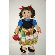 La bambola di pezza My Doll Biancaneve, completamente cucita a mano, riprodotta nei colori della mitica fiaba. I 7 Nani nella visione di My Doll entrano a far parte del vestito di biancaneve. Brontolo, Cucciolo, Dotto, Eolo, Gongolo, Mammolo e Pisolo accompagnano la My Doll Biancaneve in tutte le sue avventure. Curata nei minimi dettagli, è realizzata a mano in Italia. Altezza: 42cm