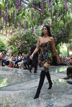 View the Kendall Jenner form apply, one of the best looks put on by on trend Kendall. Kendall Jenner Runway, Kendall Jenner Outfits, Kendalll Jenner, Jenner Hair, Kardashian Jenner, Models Backstage, Victoria's Secret, Jenner Sisters, Party Fashion