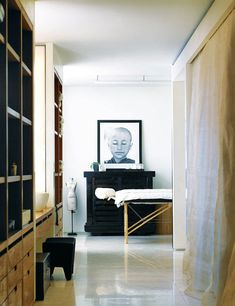 <p>Set in an Art Deco building in the heart of Upper West Side with a priceless view of Central Park, this home is a true reflection of the style and lifestyle of Donna Karan. Great pictures by Richar