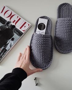 Crochet Shoes, Crochet Clothes, Knit Crochet, Crochet Blanket Patterns, Knitting Patterns, Felt Crafts Diy, Creative Gift Wrapping, Diy For Men, Crochet Magazine