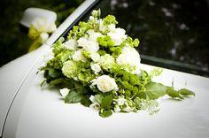 feste feiern Tegernsee, Hochzeit, Altes Bad Wildbad Kreuth, Blumenschmuck auf Brautwagen