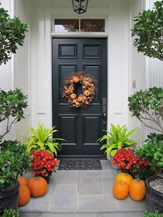 The Best 35 Front Door Decorations For This Halloween Halloween Front Door Decorations, Halloween Front Doors, Halloween Porch, Front Porch Flowers, Wood Front Doors, Cheap Flowers, House Front Door, Diy Décoration, Porch Decorating
