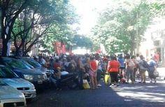 AHORA ROSARIO: CORTE Y PIQUETE FRENTE A CARREFOUR PIDIENDO COMIDA. IMAGENES    Piden bolsones de comida frente a un supermercado céntrico 07/12/2016 11:21:43 | Organizaciones de base se movilizaron a un supermercado para pedir bolsones de comida. Cortaron el tránsito en Pueyrredón a la altura de Córdoba instalando un piquete a las puertas del Carrefour. Dicen que mantendrán el corte hasta llegar a un acuerdo con la empresa. Este miércoles por la mañana la Federación de Organizaciones de Base…