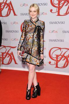 Dakota Fanning asiste a los Premios CFDA 2012 Moda en la cabeza a los pies Proenza Schouler .