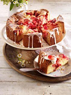 Verwenden Sie für Ihren Rhabarberkuchen ausschließlich jungen Rhabarber. Dieser muss nicht geschält werden und schmeckt wunderbar süß.