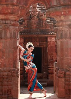 Colleena Shakti has dedicated her life to dance ever since moving to India for intensive training in Odissi Classical Indian Dance. Isadora Duncan, Painting Digital, Indian Women Painting, Dancer Photography, Indian Classical Dance, Dance Paintings, Indian Folk Art, India Art, Dance Poses