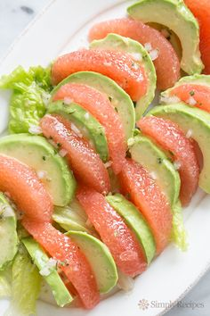 Healthy and delicious, grapefruit segments arranged with avocado slices, splashed with a citrus vinaigrette. Grapefruit Avocado Salad, Avocado Salad Recipes, Avocado Salat, Avocado Dessert, Healthy Salads, Healthy Eating, Healthy Recipes, Whole30 Recipes, Sweet Recipes