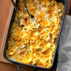 Joanna Gaines' Favorite Hearty Chicken Spaghetti Casserole Recipe -This gooey casserole is so hearty and homey, second helpings are a must! Dried Soup Recipe, One Pot Meals, Main Meals, Supper Meals, Joanna Gaines, Jojo Gaines, Casserole Dishes, Casserole Recipes, Noodle Casserole