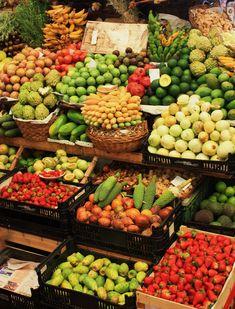 Mercado de frutas Mexican Food Recipes, Dessert Recipes, Produce Displays, Fruit Shop, Fresco, Farm Stand, Tropical Fruits, Portugal, Fruits And Vegetables
