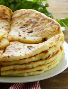 Indian bread paratha Paratha Indian Bread - Recipe Substances: 150 g entire wheat flour, 50 g white wheat flour, 15 cl lukewarm water, three pinches of salt, sunflower oil Indian Food Recipes, Vegan Recipes, Cooking Recipes, Tiffin Recipe, Cooking Bread, Pita, Ramadan Recipes, India Food, Yummy Appetizers