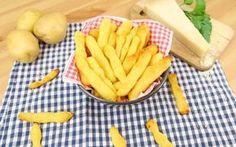 GLI INGREDIENTI 130g di patate lesse 60g di farina di mais 50g di semola 50g di parmigiano 50g di pecorino 1 cucchiaino di sale 1 cucchiaino di lievito istantaneo  2 cucchiaini di olio d'oliva 1/2 bicchiere di acqua 100g di fecola di patate  LA PREPARAZIONE  Amalgamate la fecola, le patate, la farina di mais e la semola con l'acqua. Poi aggiungete l'olio, il pecorino e il parmigiano, il sale e infine il lievito. Lasciate riposare per almeno 15 minuti. Poi iniziate a formare d...