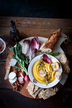 Un picoteo sencillo, sabroso y saludable, con el inconfundible sello del otoño en los tonos amarillos y tostados del hummus de boniato.