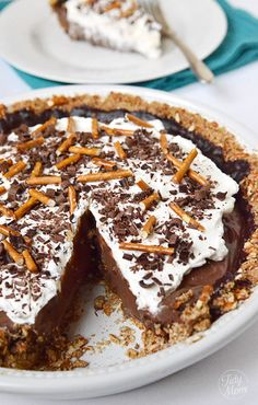 chocolate covered pretzel pie: This is probably the best pie I've ever had. Well, non fruit pie. Is really really delicious and surprisingly easy. Chocolate Pie Recipes, Chocolate Desserts, Chocolate Custard, Decadent Chocolate, Chocolate Ganache, Chocolate Dreams, Baking Chocolate, Easter Chocolate, Just Desserts
