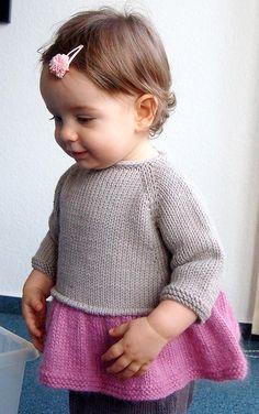 Ce top est tricoté du haut vers le bas sans couture. Tout d'abord, il est tricoté à plat avec une bordure I-Cord, puis il est tricoté en rond. Des mailles sont relevées tout autour du corps pour créer le passepoil, puis la jupe froncée est tricotée en rond jusqu'à la bordure. Les manches sont également tricotées en rond. La bordure de l'encolure ainsi que la boutonnière sont réalisées en I-Cord. Compétences nécessaires : montage de mailles à la suisse (« long-tail cast on »), maille e...