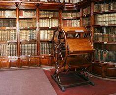 Il grande e comodo leggio a ruota della Biblioteca Palafoxiana fondata nel 1646 nel Colegio de San Juan di Puebla, in Messico.