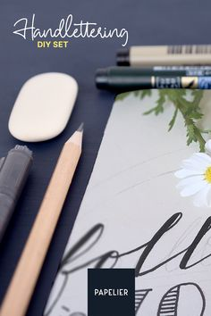 Handlettering ist die Kunst, schöne Buchstaben zu malen und Wörter spielereisch zu gestalten. Mit diesem Set könnt ihr verschiedene Handschriften ausprobieren und die Grundtechniken des Handletterings lernen. Karten, Schilder oder die Seiten eures Bullet Journals könnt ihr mit Lettering dekorieren und so kleine Kunstwerke schaffen. Diy, Artworks, Shop Signs, Decorating, Studying, Bricolage, Do It Yourself, Homemade