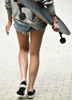 longboard that is exactly what my bestie. Says I look like with my longboard Girls Skate, Style Tumblr, A Well Traveled Woman, Skate Style, Cali Style, Teen Style, Sporty Style, Skateboard Girl, Surfboards