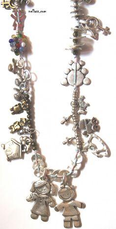 collar mis peques. collar realizado totalmente con cuentas y colgantes de zamak e hilo de algodón medida: 80 cm