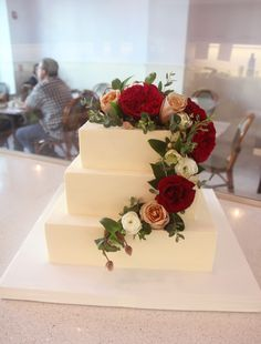 Classic floral wedding cake. Simple and elegant. By Lilac Pâtisserie.