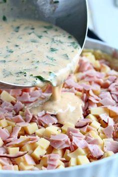 Meidän suvun lempparipiirakka on kinkku-juustopiirakka, alunperin nimeltään Ranskalainen juustopiiras. Kannattaa tehdä iso annos, sillä menekki on suurta.