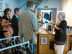 26 juni: burgemeester Jan Westmaas en wethouder Gert Stam in de Lechaimtolife shop aan de Molenstraat Meppel: verkoop van 2e hands artikelen t.b.v. joodse holocaust slachtoffers in Israel