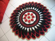 Este lindissimo tapete confeccionado, a partir do grafico do talentoso artesão Marcelo Nunes, com barbante colorido de excelente qualidade. Pode ser confeccionado em outras cores, de acordo com sua nec...