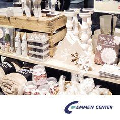 Auch Weltbild im Emmen Center schmückt sich mit schönen und dekorativen Wohnaccessoires. Das aktuelle Thema «Cocooning» zeigt sich im modernen nordischen Design. Die vielen Bücher, Karten, Spiele und Geschenkartikel werden liebevoll in Szene gesetzt. Da macht das Schmökern und Shoppen gleich doppelt so viel Freude. Mehr Infos unter http://www.emmencenter.ch/blog/nordische-weihnachtsstimmung-bei-weltbild @weltbildschweiz