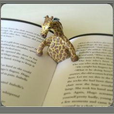 Giraffe book page holder. Giraffe and book - awesome! Polymer Clay Kunst, Polymer Clay Projects, Polymer Clay Creations, Polymer Clay Elephant, Book Holders, Paperclay, Clay Animals, Clay Charms, Book Pages