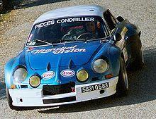 Alpine A110 1800 Gruppe 4 ..Der Alpine A110 wurde von 1963 werksseitig im Motorsport eingesetzt und erzielte dabei zahlreiche Erfolge. Der Schwerpunkt lag dabei auf Rallyeveranstaltungen und Etappenrennen. Anfänglich konzentrierte Alpine den Werkseinsatz auf französische Veranstaltungen wie die Rallye Monte Carlo, die Rallye Lyon Charbonnières oder die Tour de France für Automobile. Die kleinen Autos mit ihren 1,1 Liter großen Motoren hatten es schwer, sich gegen die besser ausgerüsteten…