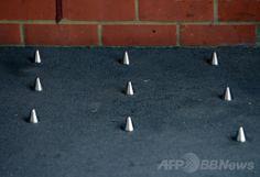 英ロンドン中心部のサザーク(Southwark)にある住居ビル前で、ホームレスの人々が路上に寝ることができないよう道路に設置された「とげ」(2014年1月10日撮影)。(c)AFP/CARL COURT ▼11Jun2014AFP|路上生活者追放オブジェに抗議広がる、英ロンドン http://www.afpbb.com/articles/-/3017404 #Southwark