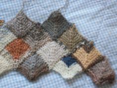 Mein neues Projekt: Decke aus Sockenwolle in Beigetönen, ein Drachenviereck besteht aus 21 Maschen, die mittleren drei werden in jeder 2. Reihe zusammengestrickt bis eine Masche übrig bleibt