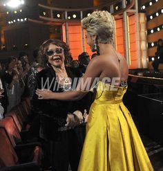 82695494-etta-james-and-beyonce-on-stage-during-the-wireimage.jpg (566×594)