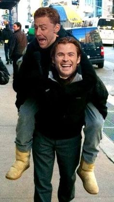 I just HAD to pin this, lol. Chris Hemsworth giving Tom Hiddleston a piggy back ride. Luke Hemsworth, Loki Thor, Tom Hiddleston Loki, Loki Laufeyson, Marvel Funny, Marvel Memes, Marvel Actors, Marvel Avengers, Toms Boots