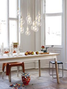 I love this lightbulbs. And the table. And the big windows. Guess the whole house could be mine...