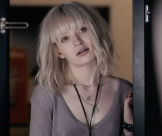 Emily browning in plush- silver blonde hair hairstyles in 2019 волосы, стри Platinum Blonde Bangs, Silver Blonde Hair, Platinum Hair, Hairstyles With Bangs, Trendy Hairstyles, Emily Browning Sleeping Beauty, Corte Bob, New Hair Do, Julianne Hough