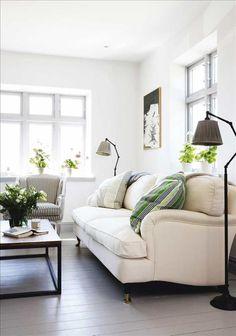 Från vardagsrummet har familjen fri sikt mot Kattegatt. Soffa, bord, fåtölj och lampor köpte Martina...