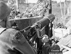An unidentified gunner of the Saskatoon Light Infantry (M.) laying down harassing fire with a Vickers machine gun near Ortona, Italy, 7 January Pin by Paolo Marzioli Canadian Soldiers, Canadian Army, Canadian History, British Army, Military Photos, Military History, Italian Campaign, Killed In Action, Vietnam War