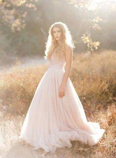 Unkompliziert, leidenschaftlich und geheimnisvoll – romantischer lässt sich der Treueschwur nicht in Szene setzen. Lassen Sie sich verzaubern von Nude-Tönen, Spitze, Perlen und Blumen. Highlights d...
