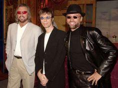 Os integrantes do Bee Gees, Barry Gibb, Robin Gibb e Maurice Gibb, anunciaram o lançamento de um novo álbum em abril de 2001  Foto: Getty Images