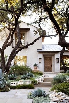 Front yard landscaping ideas can boost the curb appeal of the outdoors of your house. Since you may see, there are a few really intriguing front yard landscaping ideas you may use to boost your commercial property's curb appeal, and… Continue Reading → Casa Patio, Design Exterior, Modern Exterior, Exterior Colors, Stucco And Stone Exterior, Cafe Exterior, Cottage Exterior, Austin Stone Exterior, Italian Homes Exterior