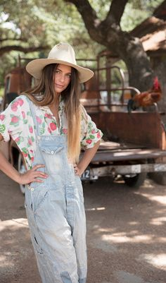 Magnolia Pearl - Lifestyle made in Texas - traumhafte Blusen, Shirt und Tops im shabby vintage Look. Magnolia Pearl, Overalls Fashion, Fashion Outfits, Womens Fashion, Shirts & Tops, Salopette Jeans, Bohemian Lifestyle, Wide Leg Denim, Layered Look