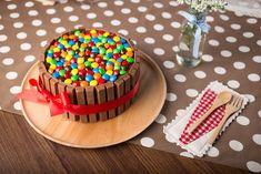 torta kit kat decorata con gli Smarties