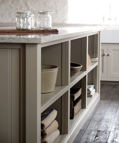 This is the beautiful Real Shaker Kitchen by deVOL. Gorgeous simplicity, beautiful grays and taupes, textures. Devol Shaker Kitchen, Shaker Style Kitchen Cabinets, Devol Kitchens, Shaker Style Kitchens, Kitchen Cabinet Styles, Home Kitchens, Kitchen Interior, New Kitchen, Kitchen Dining