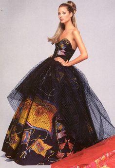 Christy Turlington for Gianni Versace Haute Couture Atelier, fall 1992 Versace Fashion, 90s Fashion, Love Fashion, High Fashion, Vintage Fashion, Fashion Design, Versace Dress, Fashion Details, Fashion Styles
